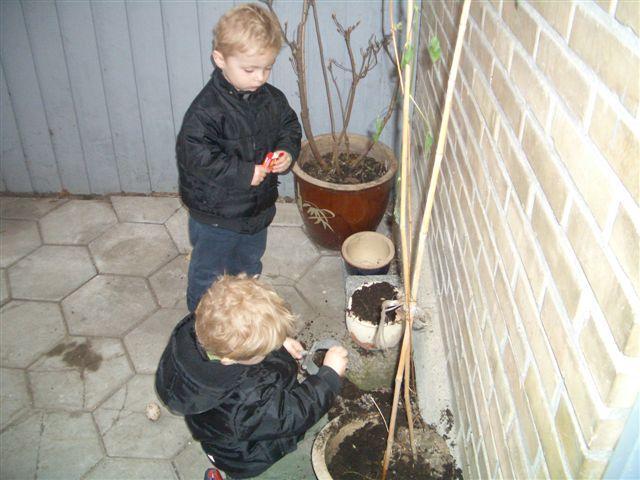 Brormand Rasmus superviserer graveriet