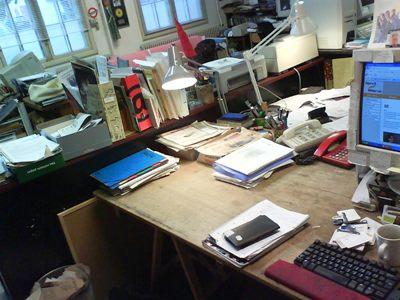 wow, der er et skrivebord neden under alle papirerne - det havde jeg helt glemt