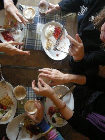 Der føres dybe samtaler hen over de svenske pandekager